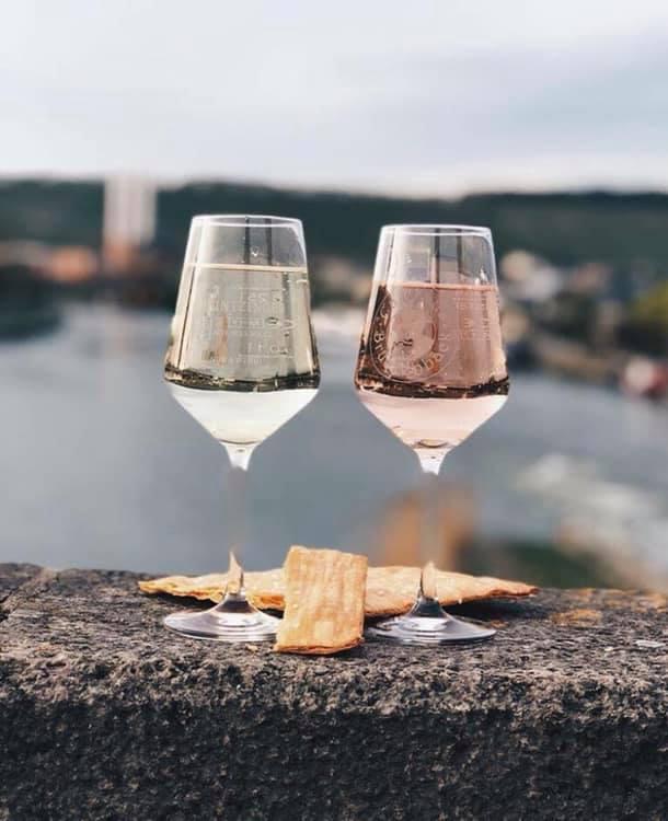 2 Gläser Wein auf der Alten Mainbrücke in Würzburg.